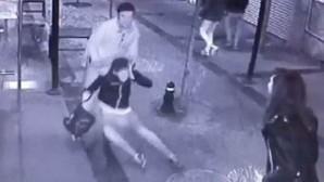 Kız arkadaşını sokak ortasında dövdü