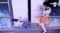 Tekme attı, kızının hayatını kurtardı