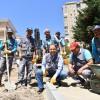 Başkan Ali Kılıç işçilerle kaldırım taşı döşedi