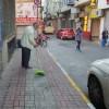 Herkes kapısının önünü süpürse, sokaklar tertemiz olur!