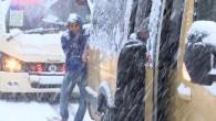 Gaziosmanpaşa'da yollar buz tuttu… Yolda kalan minibüsü yolcular itti
