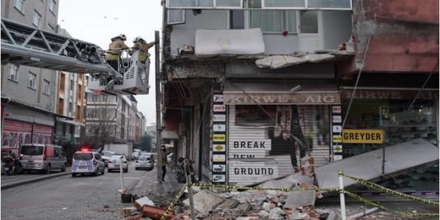 İstanbul Sultangazi'de binanın balkonu çöktü