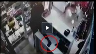 Sultangazi'de mağazadan cep telefonu hırsızlığı güvenlik kamerasında