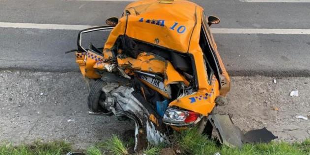 Taksicinin arkadaşı, kağıt gibi ezilen aracı görünce telefonu atıp ağlamaya başladı