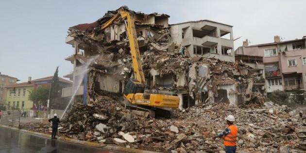 Riskli yapıların yıkımı sürüyor