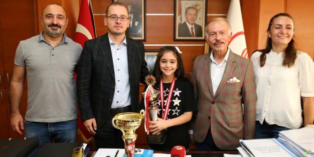 MİNİK ŞAMPİYONDAN BAŞKAN AYDINER'E ZİYARET