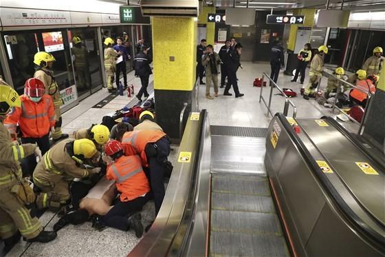 hong-kong-da-metroda-yangin-agir-yaralandilar-2691727