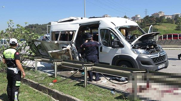 Pendik'te seyir halindeki özel bir üniversiteye ait servis minibüsünde patlama meydana geldiği öne sürüldü.  Nedeni bilinmeyen patlama sonrası minibüste büyük çapta hasar meydana gelirken 7 öğrenci yaralandı. Cengiz Çoban/İstanbul, (dha)
